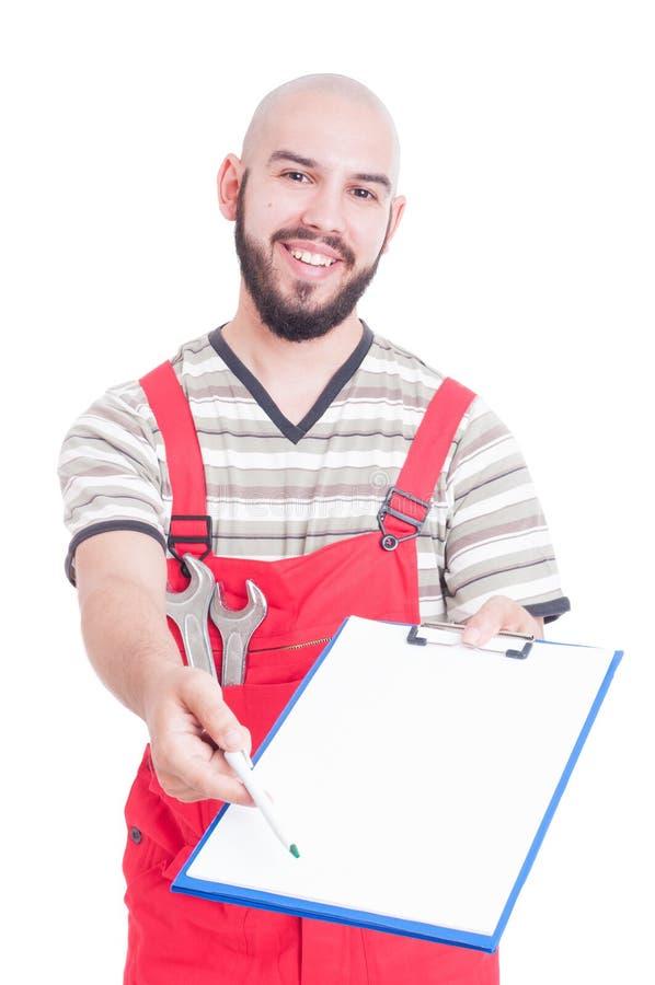 给纸的友好的技工或水管工在剪贴板的标志 库存图片