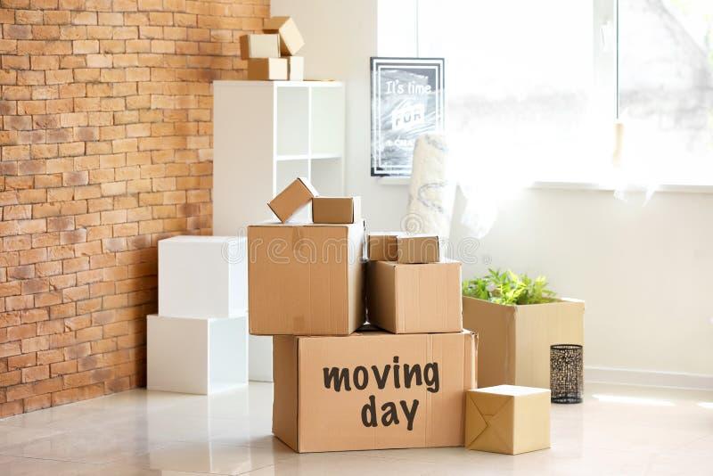 纸盒箱子和内部项目在屋子里 搬家概念 免版税库存照片