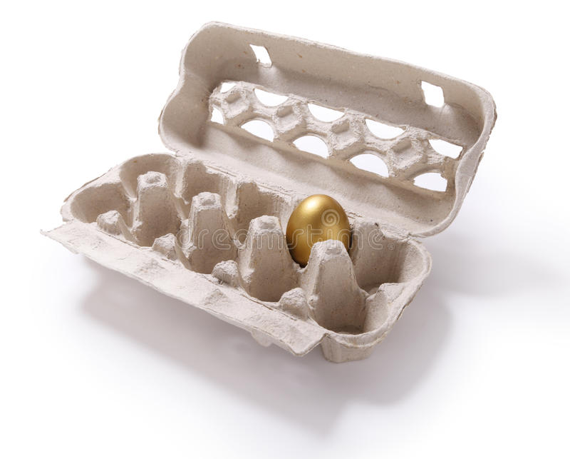 纸盒箱子的图象用在白色backgr的一个金黄鸡蛋 免版税库存图片