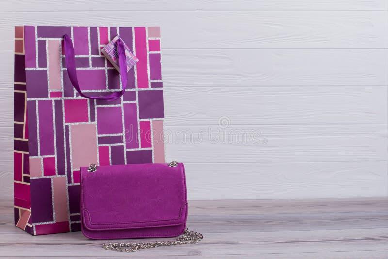 纸礼物袋子和皮革女性囊 免版税库存图片