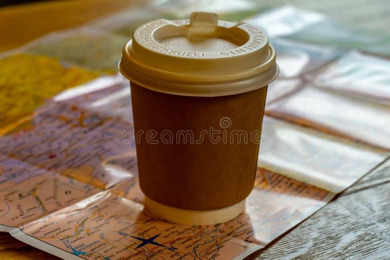纸箱咖啡在世界地图的 库存照片