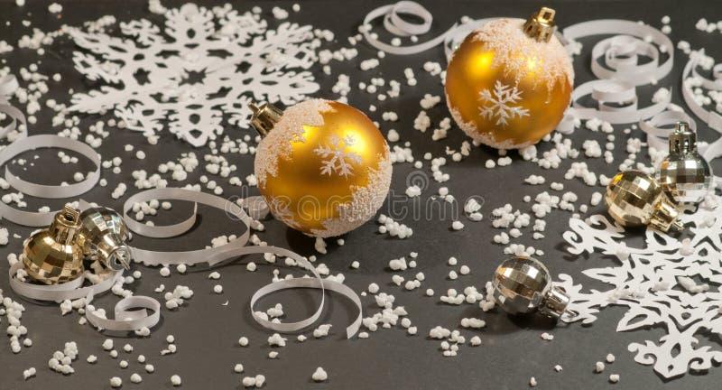 纸背景和金子圣诞节球 库存图片