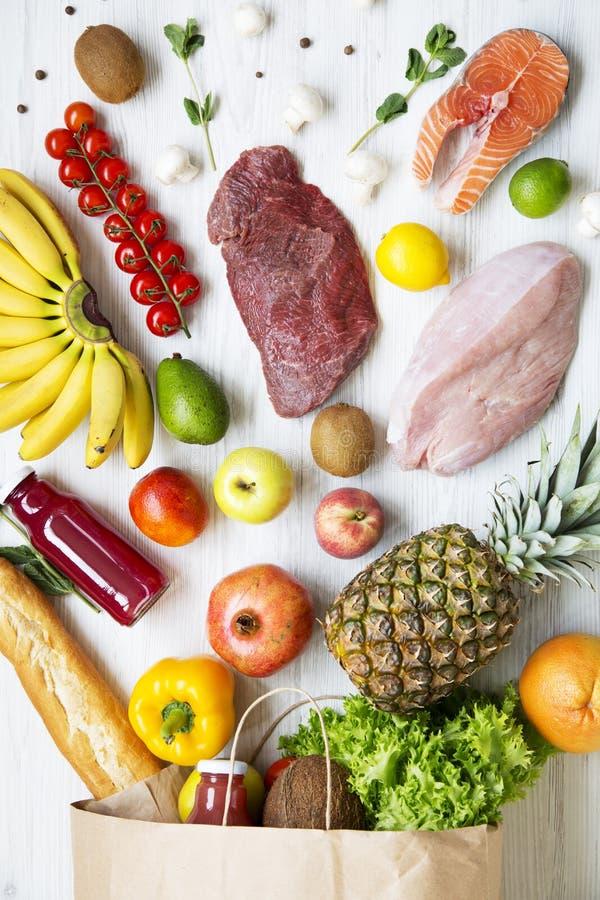 纸袋在白色木背景的健康食物,关闭 顶视图,上面, 库存照片