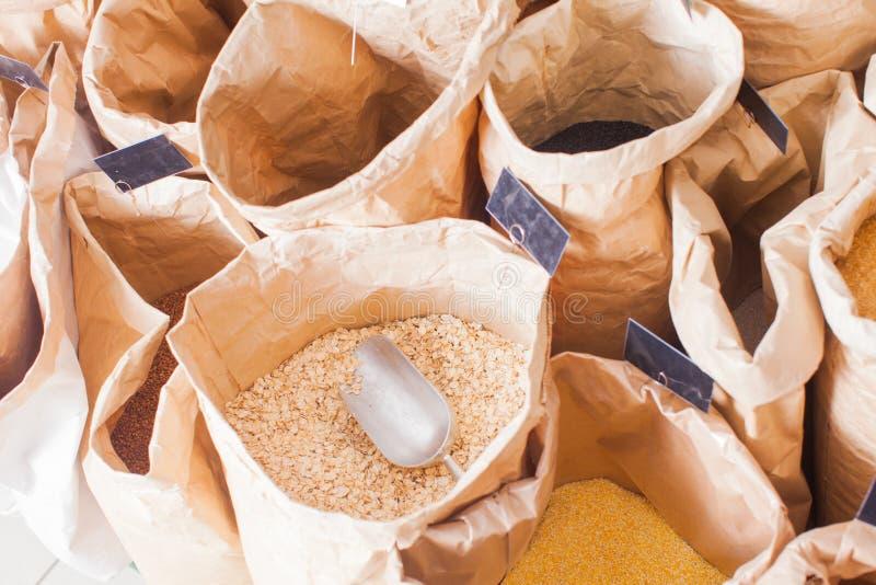 纸袋特写镜头视图用谷物和少量 图库摄影