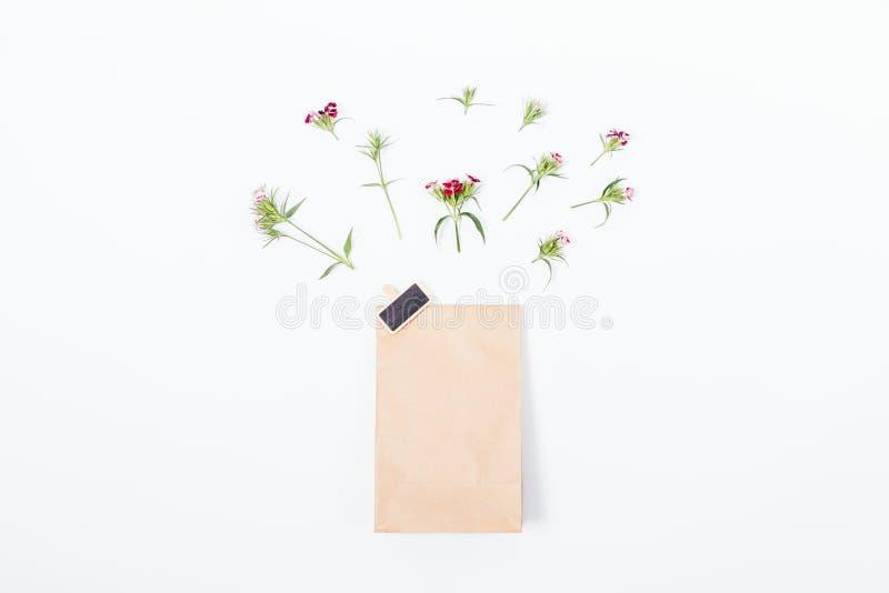 纸袋的顶视图与徽章的在中心 图库摄影
