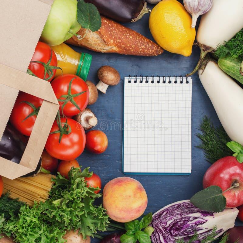 纸袋食品和笔记本有拷贝空间的 免版税库存图片