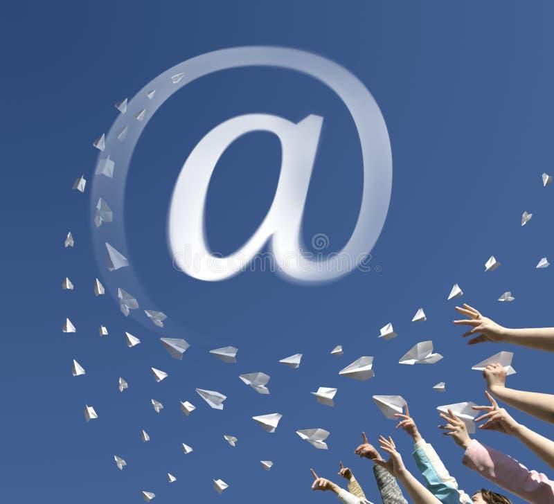 纸飞机作为符号电子邮件 免版税库存图片