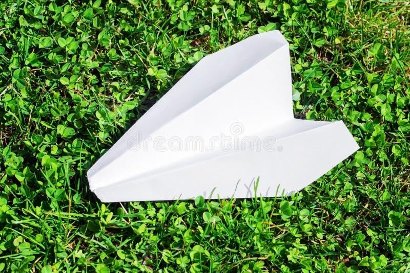 纸飞机在绿草说谎 库存图片