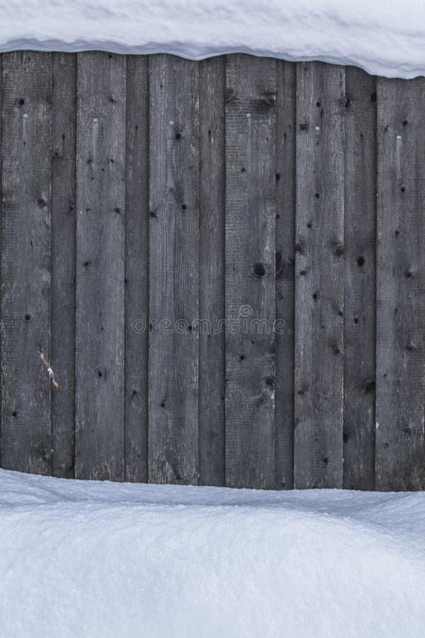 纹理,背景 用雪盖的木篱芭从上面以下 木篱芭在冬天 免版税图库摄影