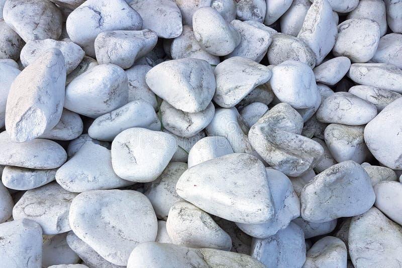 纹理:大铺沙的石渣 小白色白垩石头 从自然物的艺术性的安心 免版税库存图片