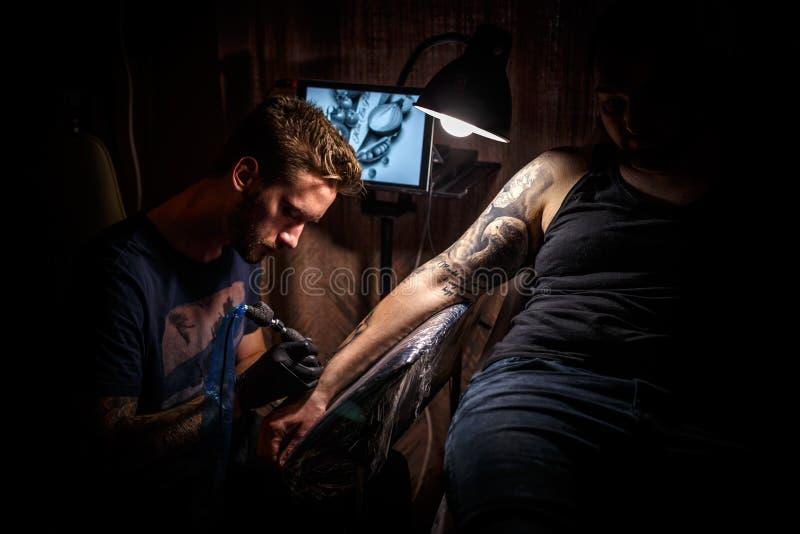纹身花刺男性艺术家 免版税图库摄影