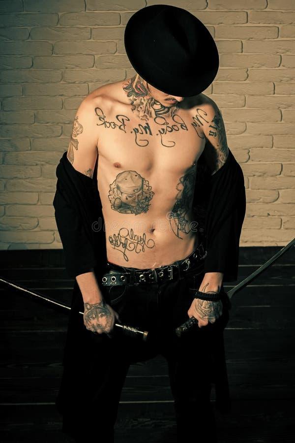 纹身花刺的残酷人 荣誉和尊严 免版税库存图片