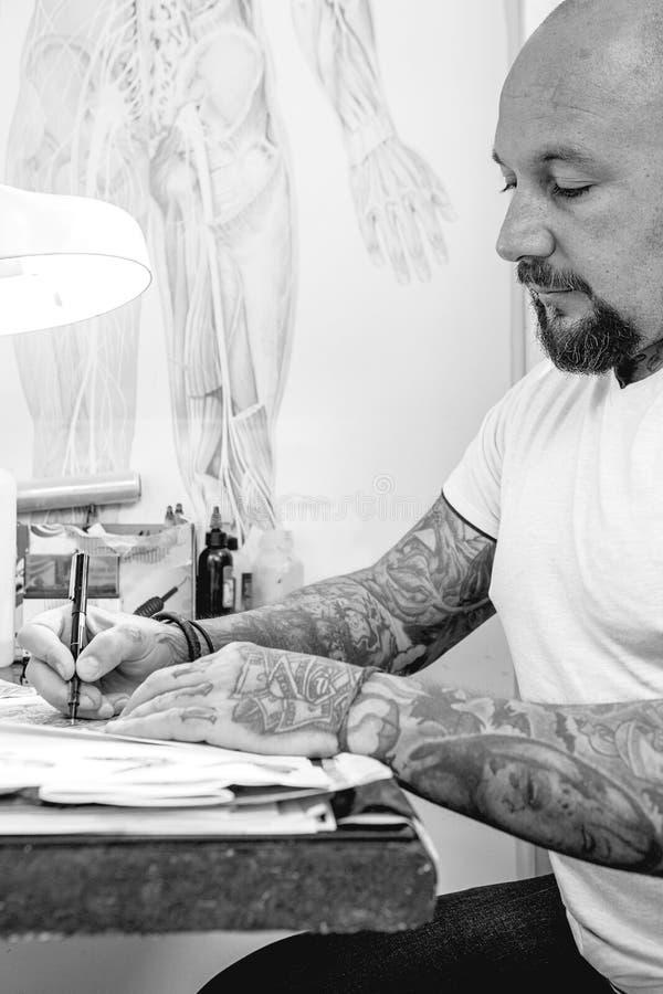年轻纹身花刺艺术家图画 库存图片