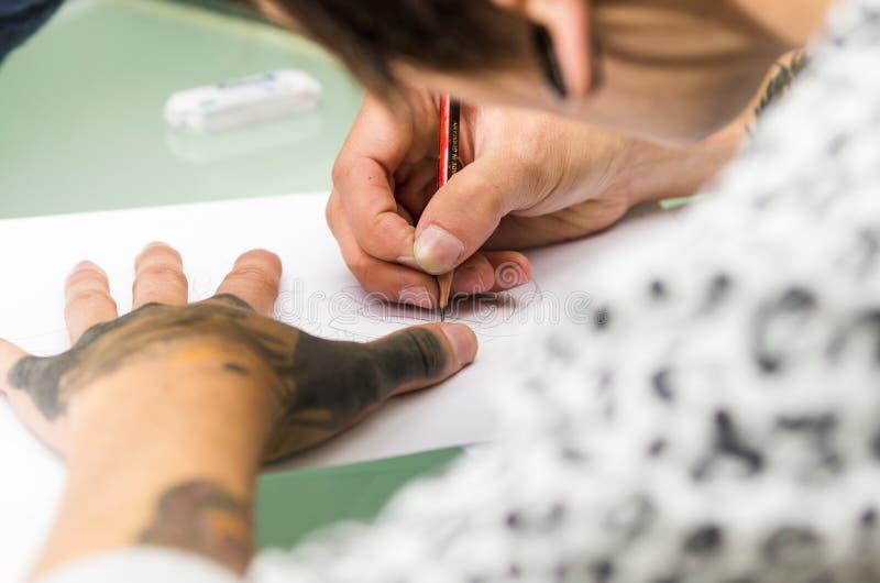 纹身花刺艺术家工作 免版税库存图片