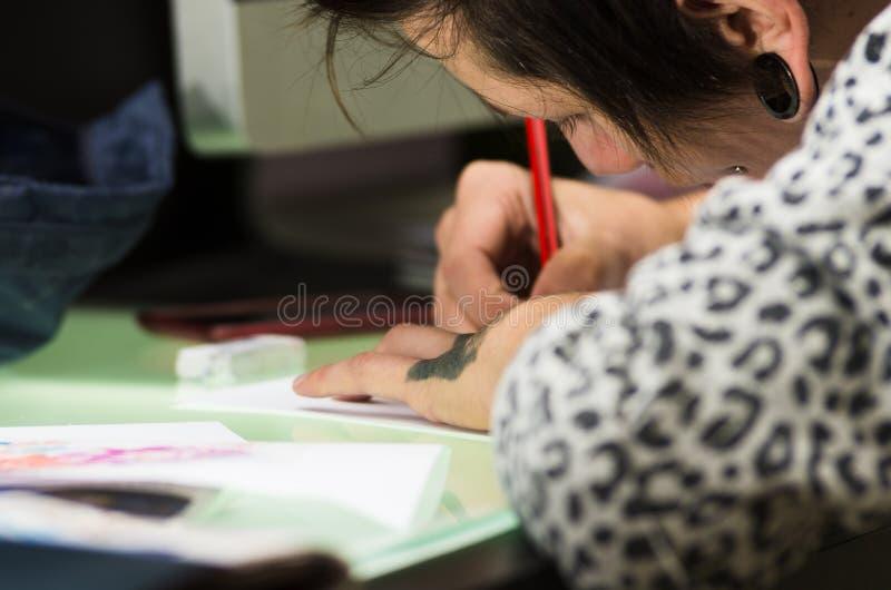 纹身花刺艺术家工作 免版税库存照片