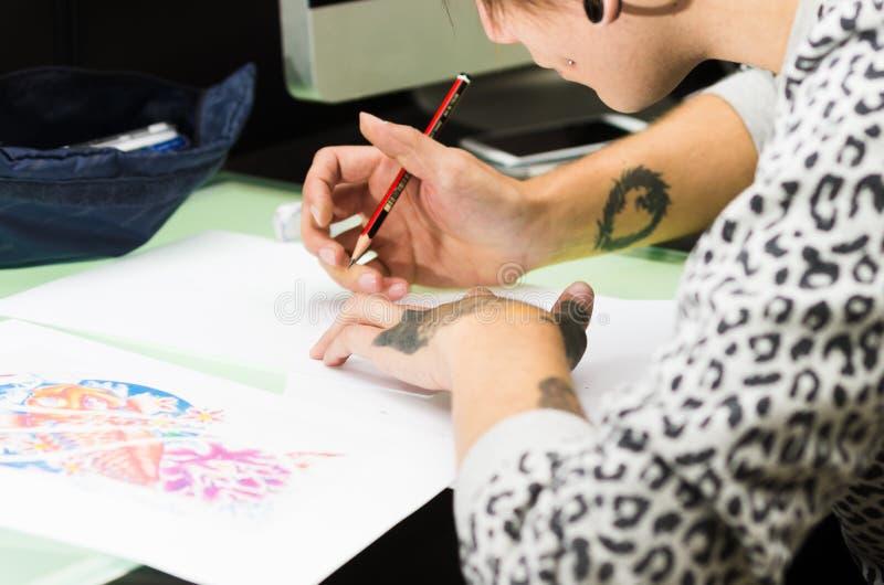 纹身花刺艺术家工作 库存图片