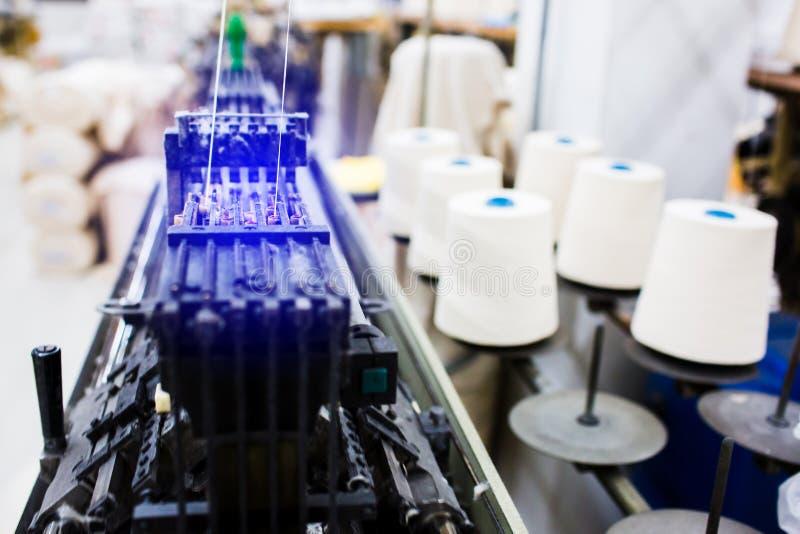 纺织品工厂在转动的生产线和一家旋转机械和设备生产公司中 库存照片