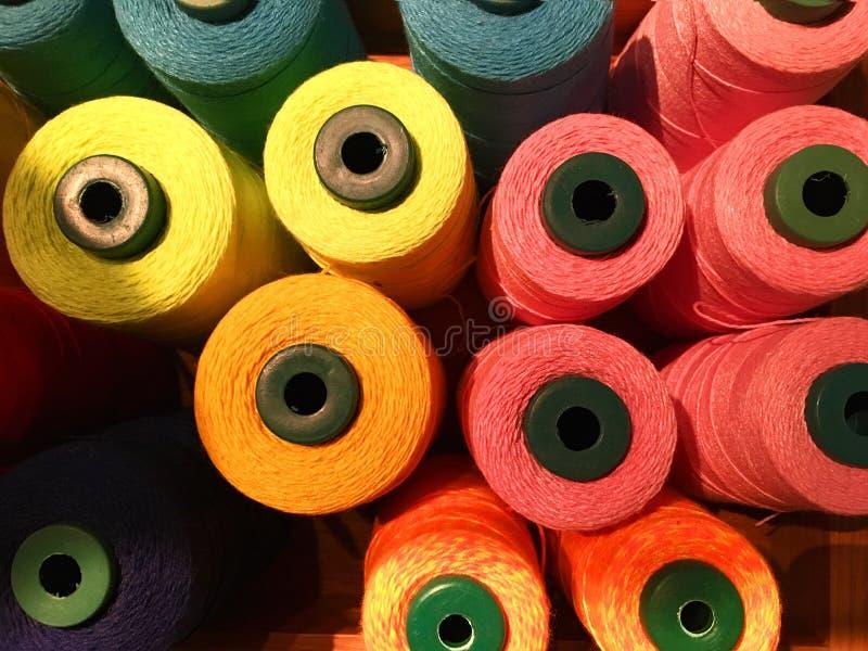 纺织品的五颜六色的螺纹 免版税图库摄影