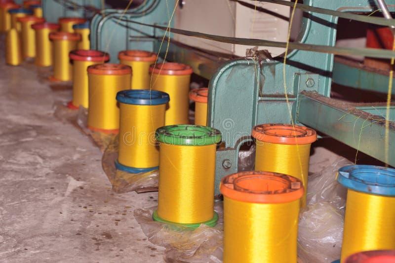 """纺织工业†""""在纺丝机的毛线短管轴在纺织品工厂 免版税库存照片"""