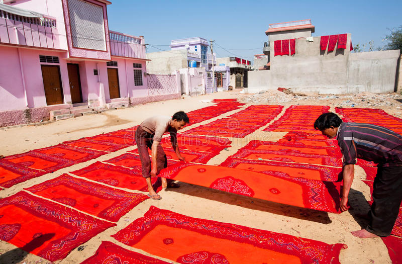 纺织品工厂的工作者转动被绘的围巾 库存照片