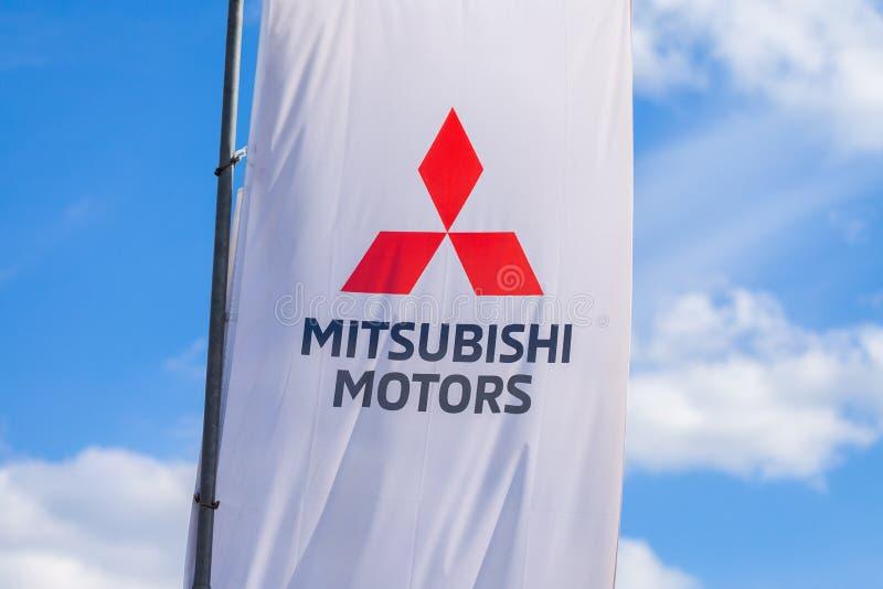 纽伦堡/德国- 2019年4月7日:在三菱旗子的三菱商标在车商 三菱汽车工业有限公司公司是  库存照片