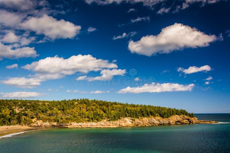 纽波特小海湾和岩石峭壁看法在阿科底亚国家公园, M 库存照片