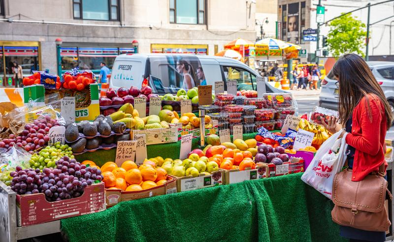 纽约、美国、水果和蔬菜在街道货摊,曼哈顿街市 免版税图库摄影