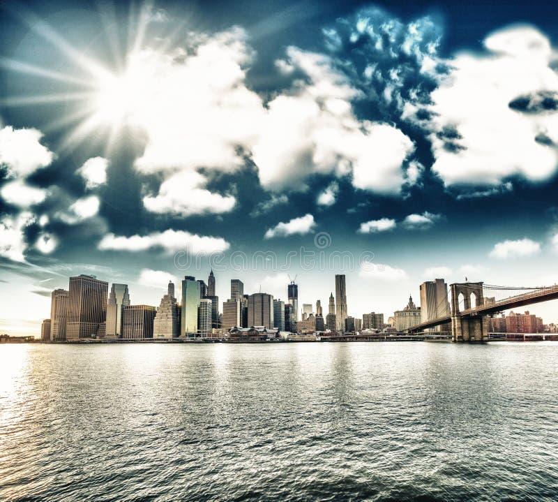 纽约。 布鲁克林大桥和人- H美妙的日落视图  库存照片