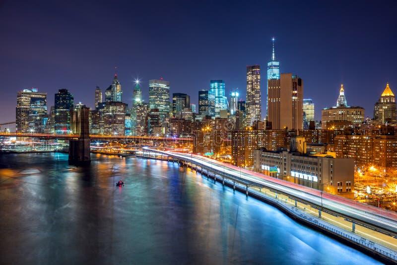 纽约与曼哈顿地平线和Brooklin B的夜场面 库存照片
