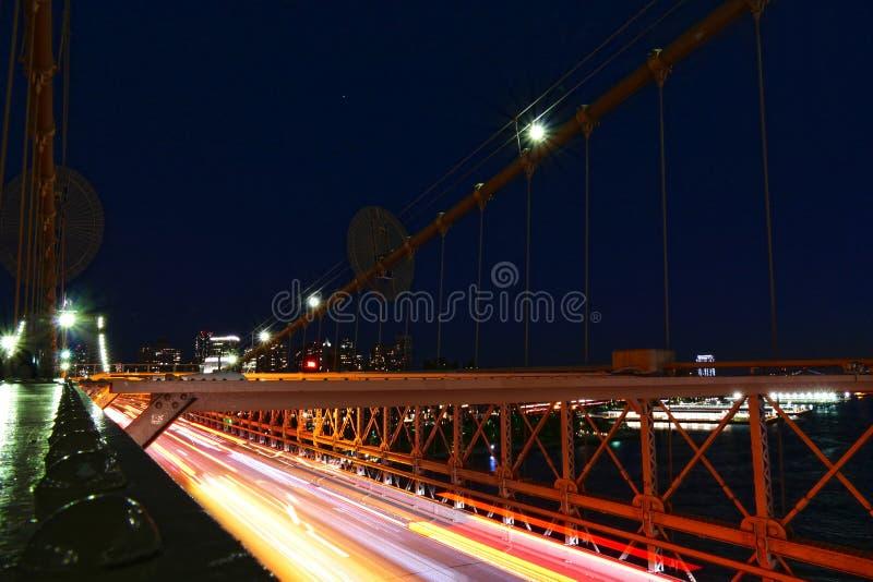 纽约从布鲁克林大桥的地平线视图在夜、曼哈顿大厦和摩天大楼里 免版税库存图片