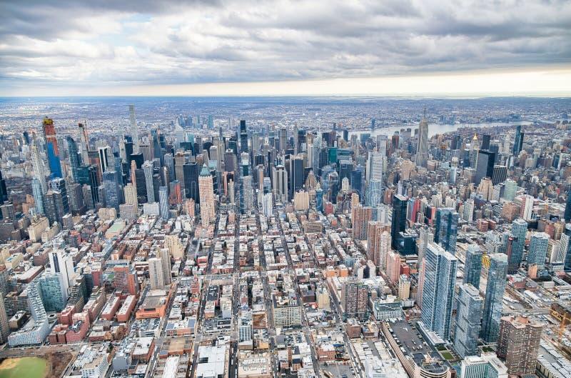 纽约从直升机观点 曼哈顿中城摩天大楼在一阴天 图库摄影