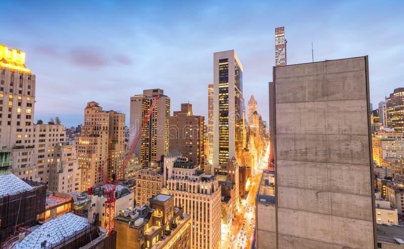 纽约光在一个美好的晚上 从屋顶的曼哈顿 图库摄影