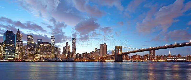 纽约全景在晚上 曼哈顿和布鲁克林大桥在晚上 免版税图库摄影