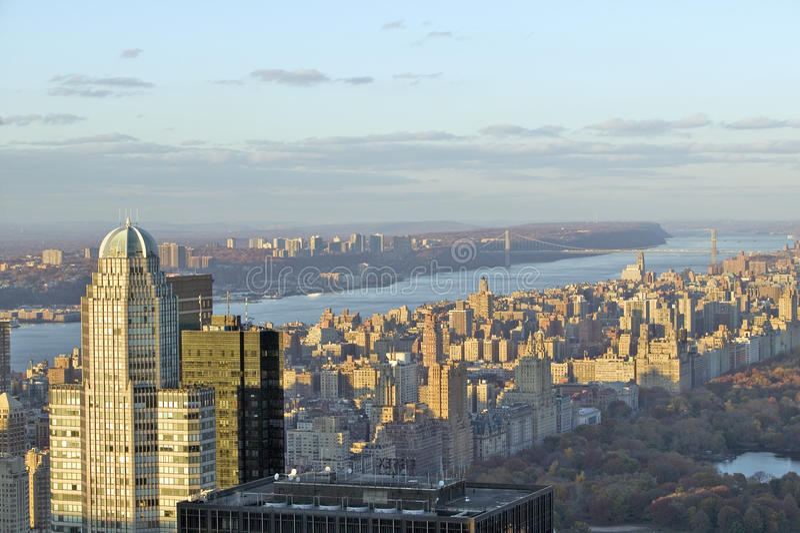 纽约和哈得逊河全景看往中央公园的日落的从洛克菲勒广场ï ¿岩石的½上面 免版税库存图片