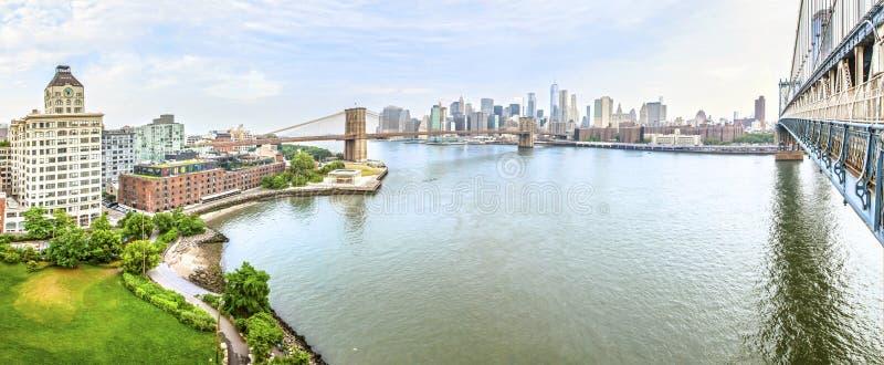 纽约和布鲁克林大桥令人惊讶的全景视图  图库摄影