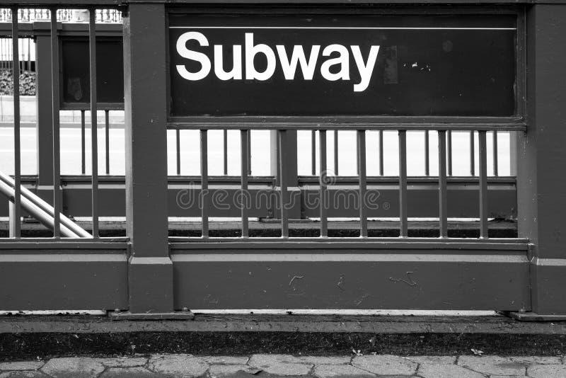 纽约在钢篱芭的地铁标志 图库摄影