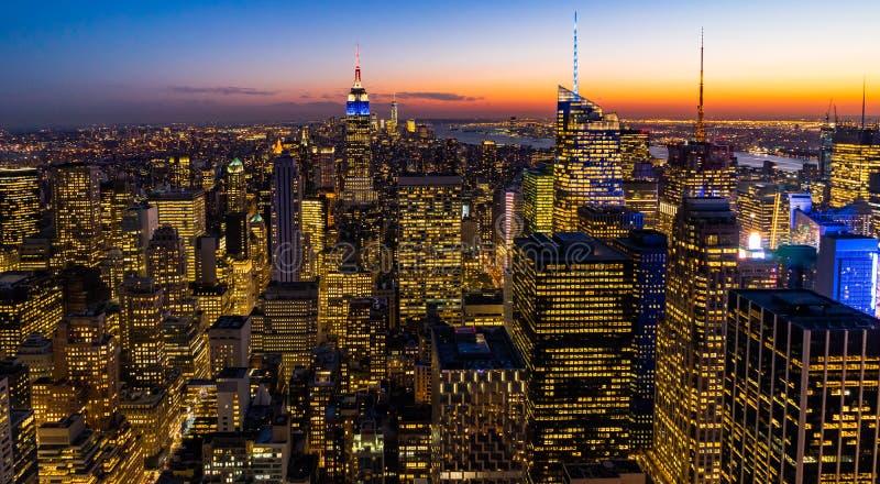 纽约地平线从岩石日落的上面的曼哈都市风景帝国大厦 免版税库存图片