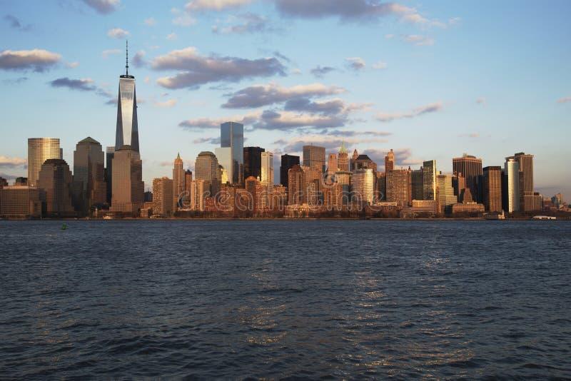纽约地平线全景在以世界贸易中心一号大楼(1WTC),自由塔,纽约,纽约为特色的水的, 图库摄影