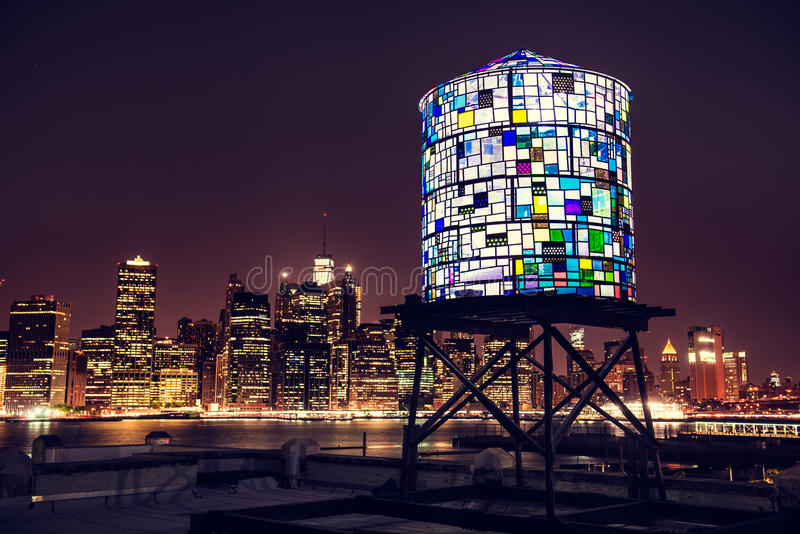 纽约地平线全景在从布鲁克林的晚上 免版税库存照片