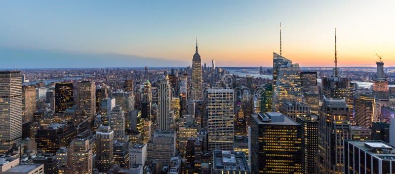 纽约地平线全景照片在有帝国大厦和摩天大楼的曼哈顿街市在晚上美国 免版税图库摄影