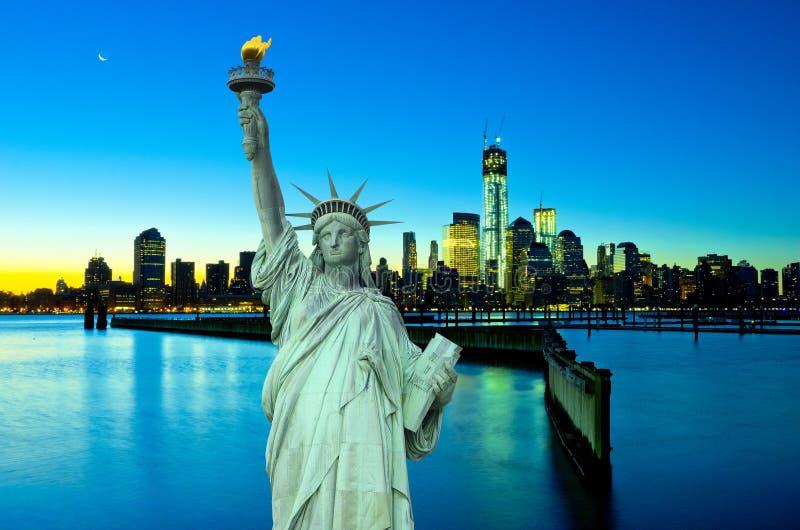 纽约地平线和自由雕象在晚上, NY,美国 库存图片