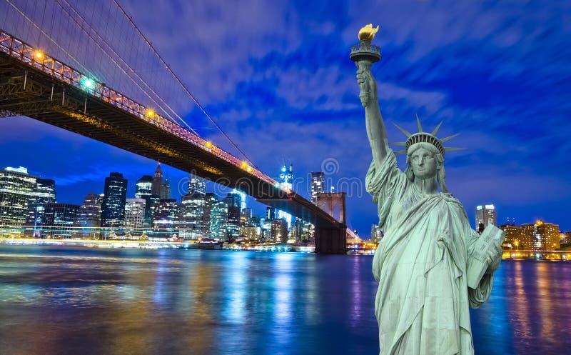 纽约地平线和自由雕象在晚上, NY,美国 免版税库存照片