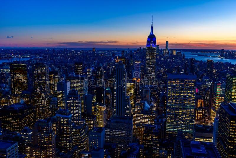纽约地平线在晚上-曼哈顿中城摩天大楼和令人惊讶的日落的帝国大厦-美国 图库摄影