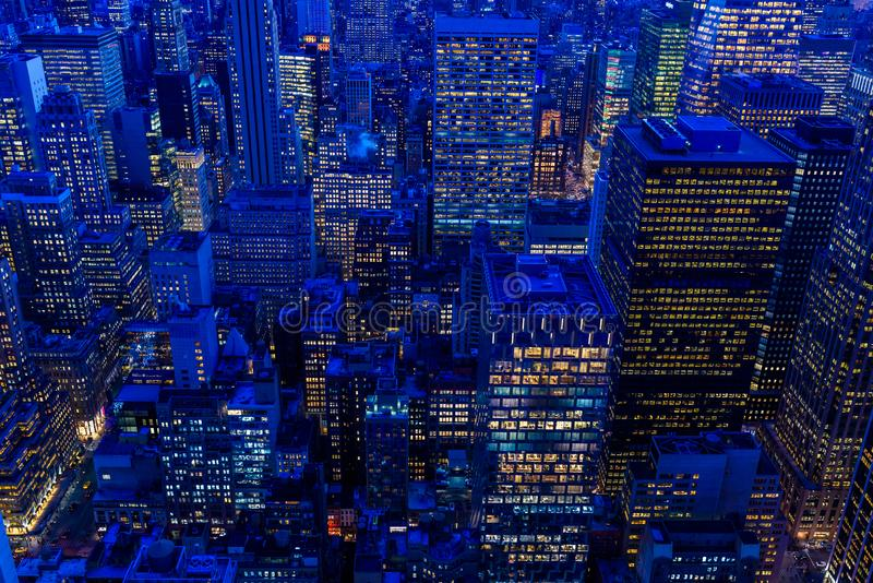 纽约地平线在晚上-曼哈顿中城摩天大楼和令人惊讶的日落的帝国大厦-美国 免版税图库摄影