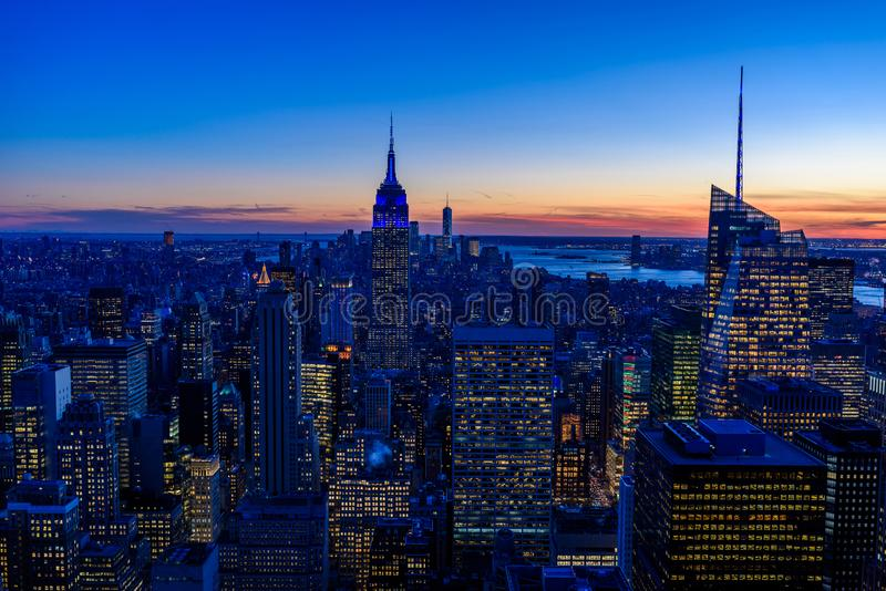 纽约地平线在晚上-曼哈顿中城摩天大楼和令人惊讶的日落的帝国大厦-美国 免版税库存图片