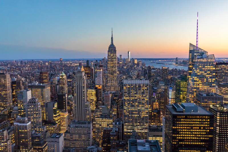 纽约地平线在有帝国大厦和摩天大楼的曼哈顿街市在晚上美国 免版税图库摄影