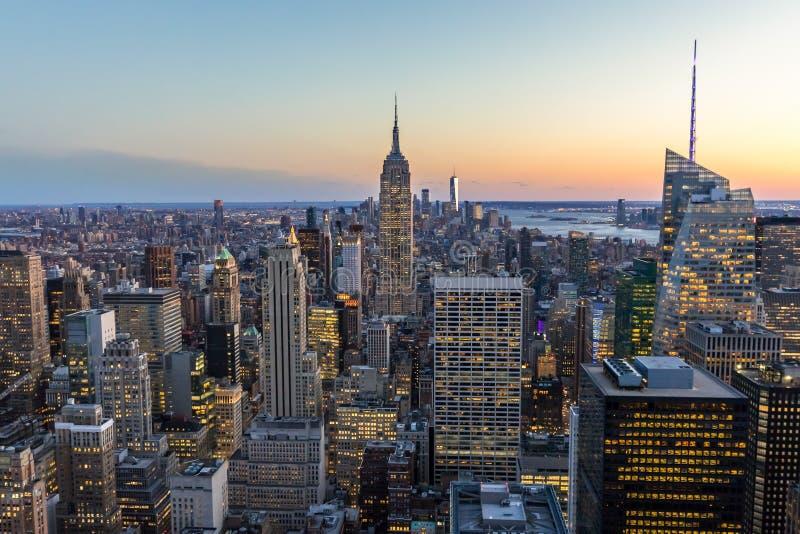 纽约地平线在有帝国大厦和摩天大楼的曼哈顿街市在晚上美国 图库摄影