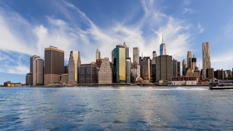 纽约地平线有云彩的在天空和在wa反射 图库摄影