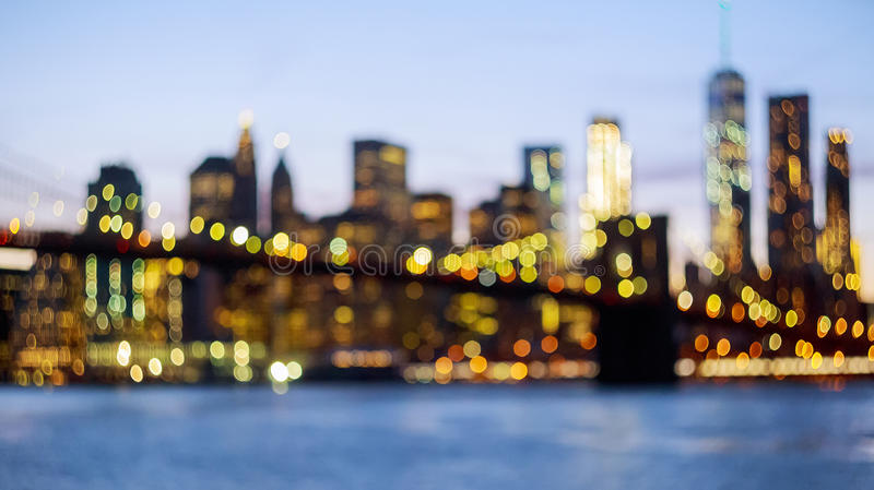 纽约地平线的Defocused看法从布鲁克林大桥的 免版税库存图片