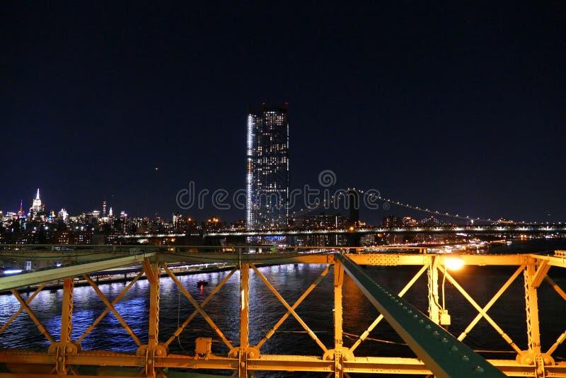 纽约地平线视图,布鲁克林大桥在夜、曼哈顿大厦和摩天大楼里 图库摄影